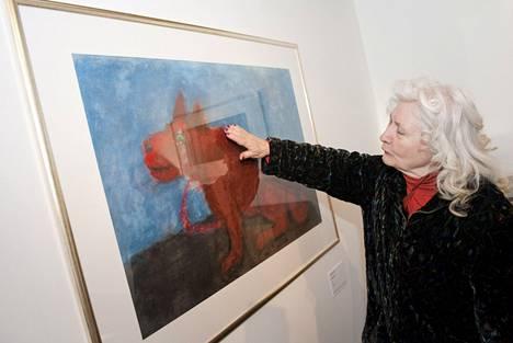 Outi Heiskanen Didrichsenin taidemuseossa 2012. Vierellä Heiskasen teos nimeltä Koira.