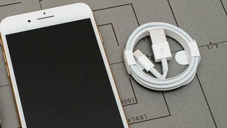 Apple pitää yhä kiinni lightning-liitännästä iPhoneissa. Kuvassa vanhempi usb-a-lightning-kaapeli.