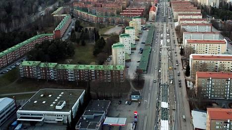 Tamperelaisen kerrostaloalueen taloyhtiöiden tonttivuokriin on luvassa roima korotus. Kiinanmuuriksi kutsuttu kerrostaloalue näkyy kuvan vasemmassa laidassa.