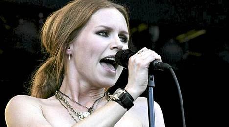Nina Persson ja Cardigans esiintyivät Ruisrockissa vuonna 2006.