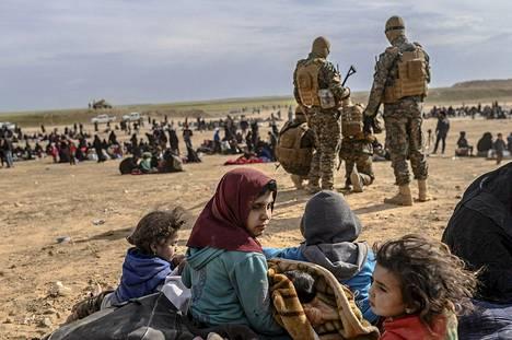 SDF-taistelijat ja Isisin alueelta evakuoituja.