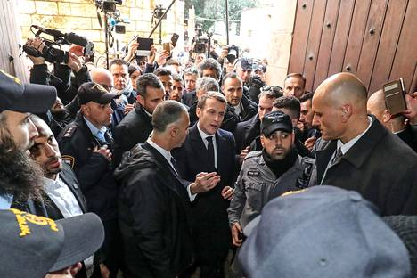 Macron ripitti Israelin turvallisuusviranomaisia Pyhän Annan kirkon portilla.