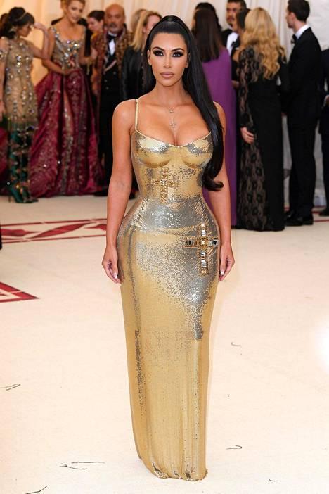 Kim Kardashian oli valinnut Met-gaalaan upean Versacen kultaisen luomuksen.