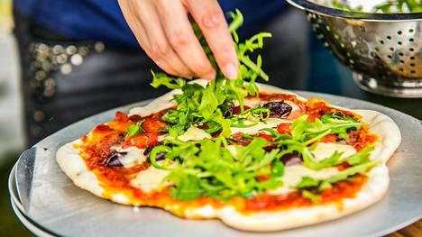 Pizza paistetaan mahdollisimman kuumassa, sillä mitä kaemmin pizzaa paistaa, sen kuivemmaksi se jää.