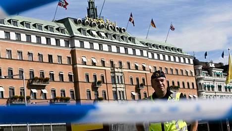 Poliisit vartiovat Hotelli Grandia, jossa Obama yöpyy.