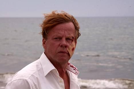 Kurt Wallander (Krister Henriksson) tutkii tuhopolttoa.