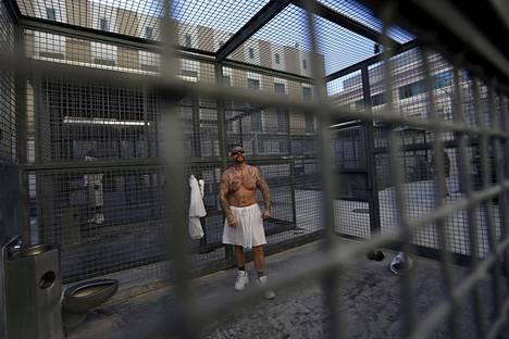 Kuolemaan murhasta tuomittu Robert Galvan kuntoilemassa San Quentinin vankilan pihalla vuonna 2015.