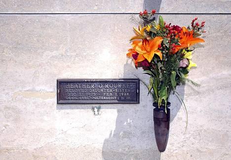 Tyttö on haudattu Los Angelesissa sijaitsevaan Westwood Memorial Parkiin.