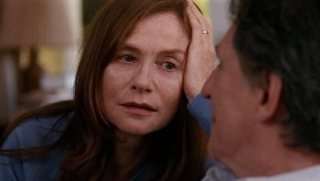 Isabelle Huppert näyttelee takaumissa muutama vuosi sitten itsemurhan tehnyttä äitiä, jonka poissaolo näkyy perheen sisäisissä suhteissa vieläkin.