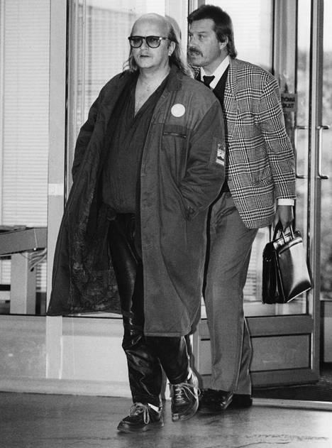 """Syyskuussa 1990 Juice asteli Helsingin raastuvanoikeuteen vastaamaan aiheettomiin huumesyytöksiin. Rintamerkissä luki: """"I'm surrounded by Idiots""""."""