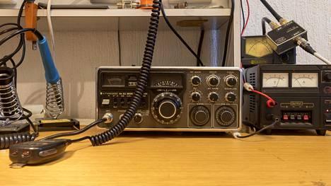 Radioamatöörit keskustelevat koronatilanteesta vilkkaasti.