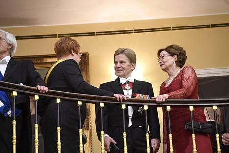 Presidentti Tarja Halonen jutustelemassa meppi Mauri Pekkarisen ja Raija-vaimon kanssa.