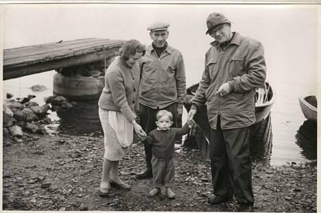 Yksi kuvista, joista tunnistettu vain Kekkonen. Onko kuvan pikkupoika ja nuorehko nainen – ehkä pojan äiti – yhä elossa?
