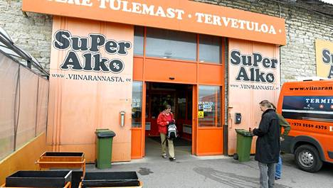 SuPer Alkon myymälä toimii Tallinnan satamassa .