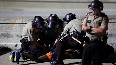 Lähes 500 ihmistä on kuollut poliisin voimankäytön seurauksena Yhdysvalloissa puolen vuoden aikana.