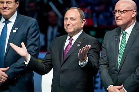 NHL:n komissaari Gary Bettman (kesk.) kertoi sarjan paluusuunnitelmista tiistaina.