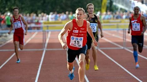 Oskari Mörö (edessä) juoksi Kalevan kisoissa Suomen mestariksi 400 metrin aidoissa.