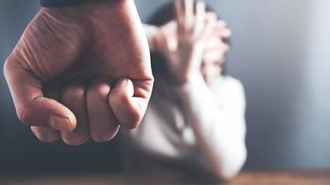 Suhdetta narsistiin leimaa henkinen, joskus myös fyysinen väkivalta.