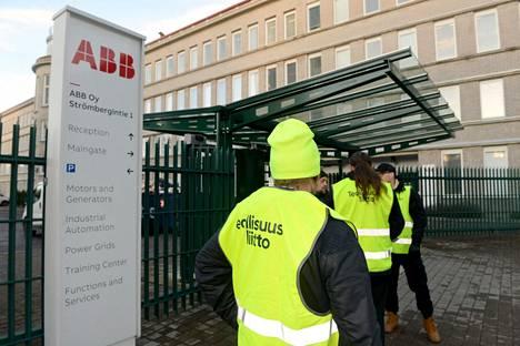 Teollisuusliiton lakkojen piirissä olisi noin 14000 työntekijää. Kuvassa lakkovahteja teollisuusyritys ABB:n portilla Helsingin Pitäjänmäellä joulukuussa 2019.