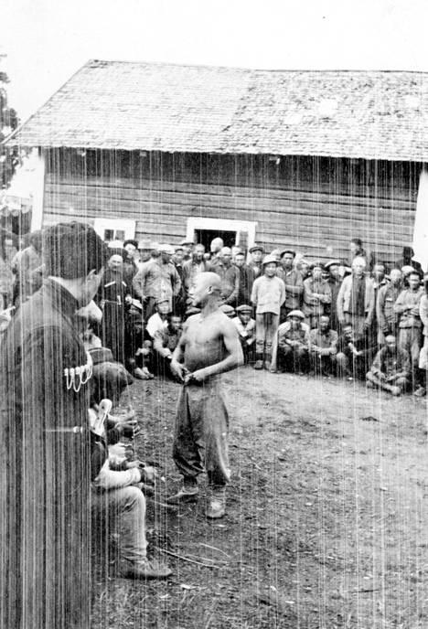 Kiinalaisia työmiehiä ja heidän vartijoitaan Nissbackan kartanolla.