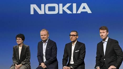 Nokian tuleva hallituksen puheenjohtaja Sari Baldauf (vas.), tuleva toimitusjohtaja Pekka Lundmark, väistyvä toimitusjohtaja Rajeev Suri sekä nykyinen hallituksen puheenjohtaja Risto Siilasmaa tiedotustilaisuudessa maanantaina.