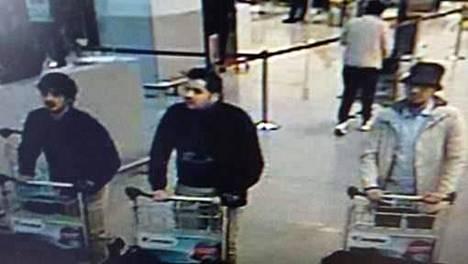 Lentokentän valvontakameraan tallentuneessa kuvassa olevien miesten epäillään tehneen Brysselin lentokentällä tapahtuneen hyökkäyksen.