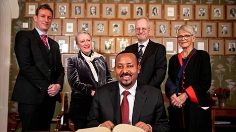 Etiopian pääministeri Abiy Ahmed poseerasi Norjan Nobel-komitean kanssa Oslossa maanantaina.