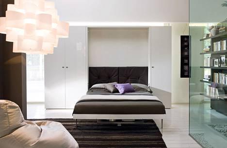 Sängystä voi naamioida myös sohvan ja tilanjakajan. Tilasa myy italialaisia CLEI-seinäsänkyjä.