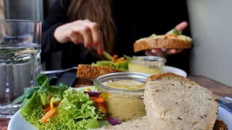 Varmista, että saat aterioilla riittävästi hyvänlaatuisia hiilihydraatteja ja rasvoja sekä proteiinia.