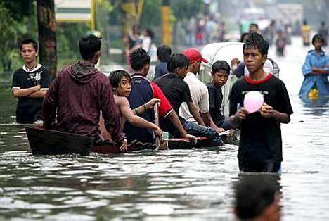 Filippiinien Manilan esikaupunkialueella Malabonissa Sepat lisäsi monsuunisateista aiheutuvan veden määrää.