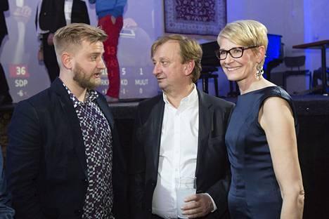 Joel, Hjallis ja Leena Harkimo vaalivalvojaisissa.