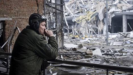 Kapinallistaistelija poltteli tupakkaa Donetskin lentokentän raunioilla alkuviikosta.