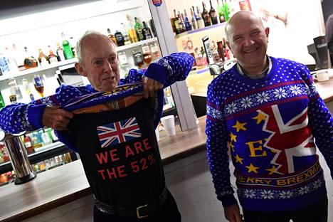 Brexitin kannattajat Barry Clarkson ja Alastair Sutcliff poseerasivat kampanjatilaisuudessa Walesissa joulukuun alussa.