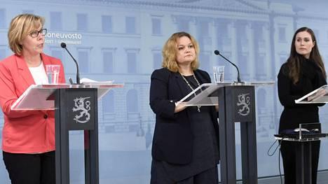 Oikeusministeri Anna-Maja Henriksson (vas.), perhe- ja peruspalveluministeri Krista Kiuru ja pääministeri Sanna Marin (sd).