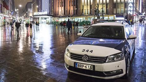 Viranomaiset tarkastivat viime yönä satunnaisesti noin 300 henkilöä paikoissa, joissa liikkuu paljon ihmisiä, kuten kauppakeskuksissa ja satamissa.