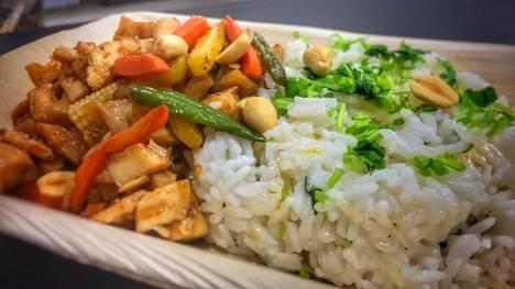 Jysäreillä voi nauttia aasialaisista mauista, kuten chilisestä ja valkosipulisesta kanasta tai vaihtoehtoisesti Korean BBQ-possusta tai hapanimelästä tofusta riisin tai nuudeleiden kera.
