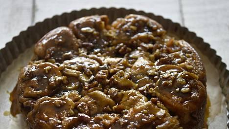Pakastekorvapuusteista valmistuu ylellinen sticky bun kakku. Omenista tulee lisämakua ja mehevyyttä.