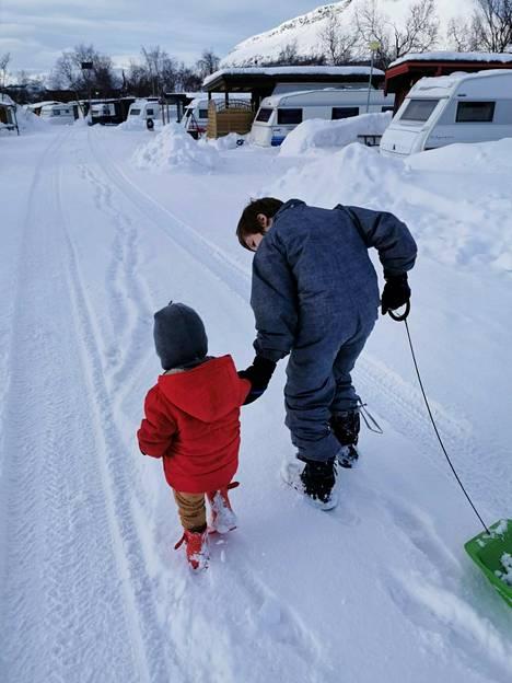 Lapset pääsevät Lapissa peuhaamaan lumessa päivittäin.