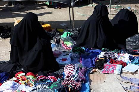 Naisia myymässä alusvaatteita al-Holissa.