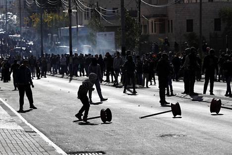Yleislakon julistaneet palestiinalaiset ovat jalkautuneet kaduille eri puolilla Israelia ja palestiinalaisalueita.