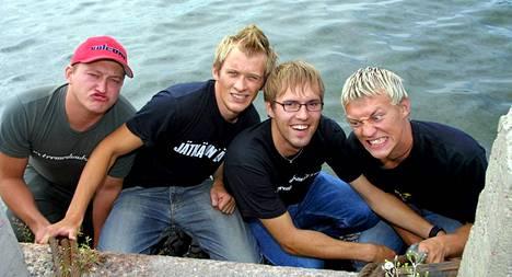 Jarppi Leppälä (vas.), Jarno Laasala, Hannu-Pekka Parviainen ja Jukka Hildén vuonna 2001 Nelosen infossa.