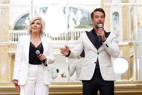 Juontajat esittelivät uuden kauden kilpailijat maanantaina Hotel Kämpin Peilisalissa.