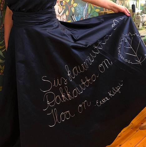 WSOY:n kustantaja Anna-Riikka Carlsonin puvun helmaan oli kirjattu ote Eeva Kilven runosta.