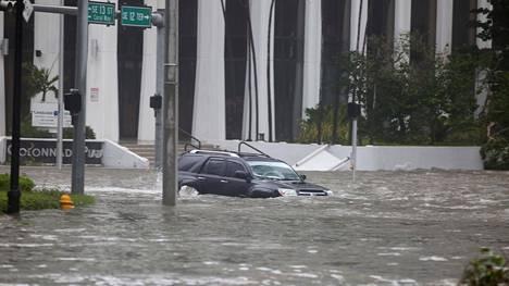Hurrikaani nosti veden Miamin Brickell Avenuelle.