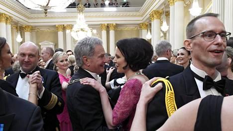 Presidenttipari tanssin pyörteissä.