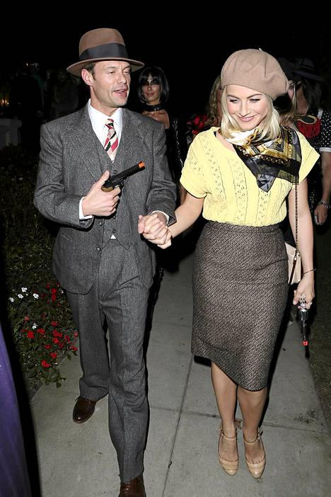 Juontaja Ryan Seacrest pukeutui tyttöystävänsä Julianne Houghin kanssa Bonnieksi ja Clydeksi.