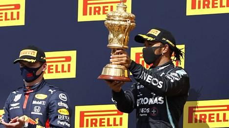 Lewis Hamilton ajoi rengasrikosta huolimatta Britannian GP:n voittoon.