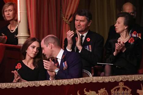 Herttuatar Catherinen ja prinssi Williamin uumoiltiin haluavan omaa aikaa, mutta nyt perhe viettää kuin viettääkin joulun muun kuninkaallisen perheen kanssa.