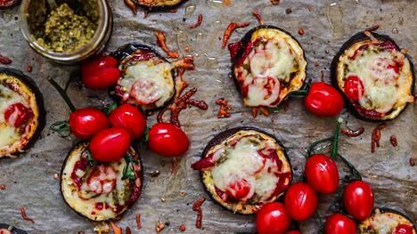 Janica vinkkaa, että munakoisopizzoissa tomaattimurskan voi korvata myös pestolla.
