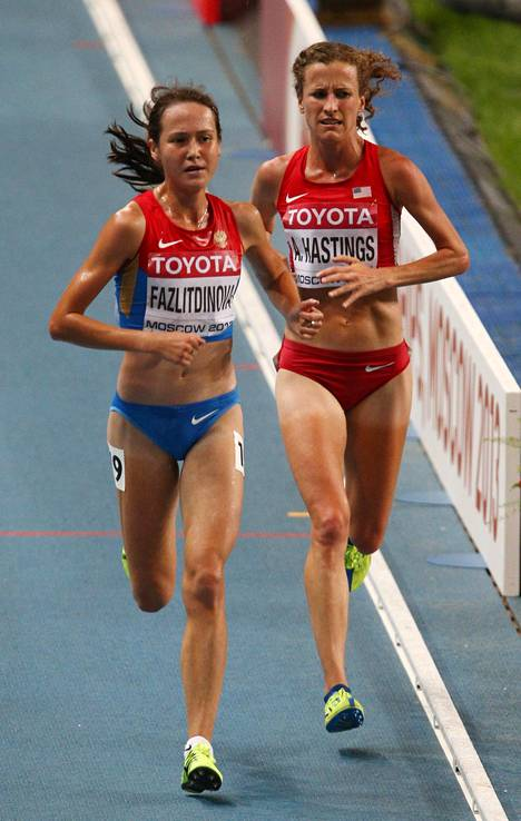 Gulshat Fazletdinova (vas.) edusti Venäjää Moskovan MM-kisojen 10000 metrin juoksussa elokuussa 2013.